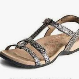 Tao trophy pewter sandals sz 6
